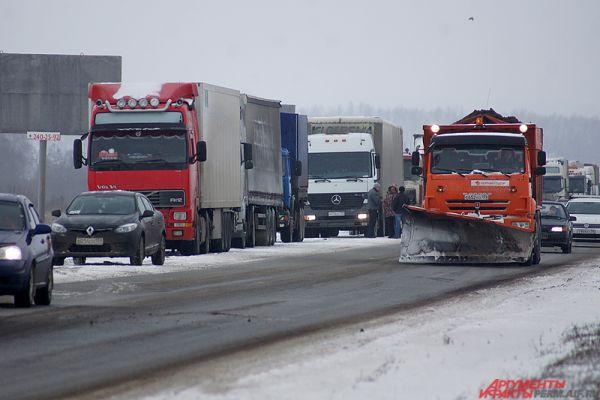 Протестующие водители проехали колонной по городской объездной дороге до мкр Закамск.