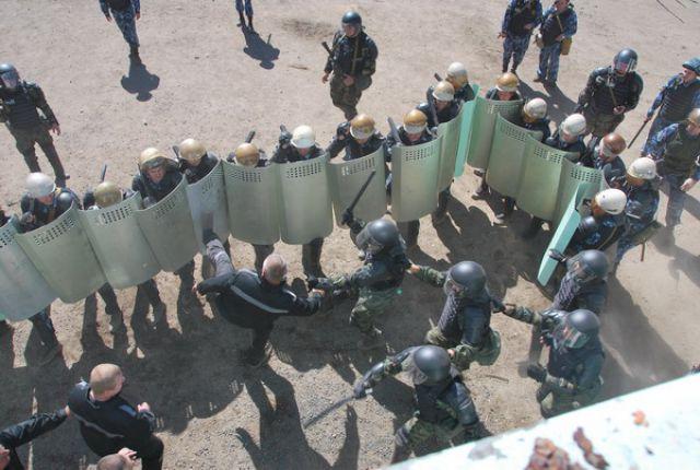 Фото с учений по подавлению беспорядков в колониях.
