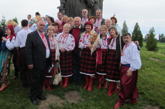 Иван Горпинюк (слева) с хором «Спивы Украины» на мемориале в селе Пляшева под городом Ровно.
