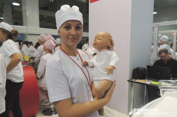Именно на таких куклах будущие врачи учатся держать на руках малышей.