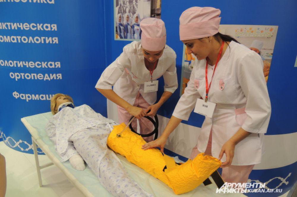 Оказание первой медицинской помощи от студентов Кубанского государственного медицинского университета.