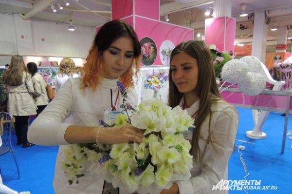 Эти девушки - мастера-флористы.