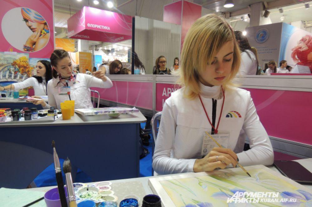 Эти девушки учатся на дизайнеров.