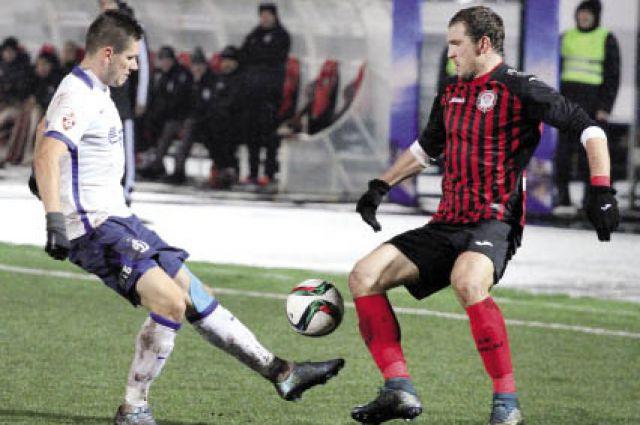 На счету Александра Прудникова (справа) в первом круге всего один мяч, который он провел в ворота своего бывшего клуба