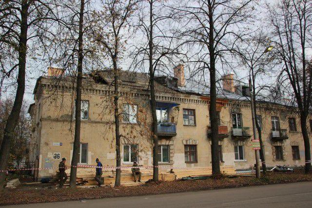 Этот дом на Пятёрке в Ярославле стоял с разобранной крышей больше месяца.