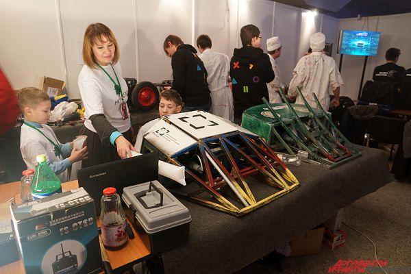 В техническом зале участники готовили своих роботов к битвам.