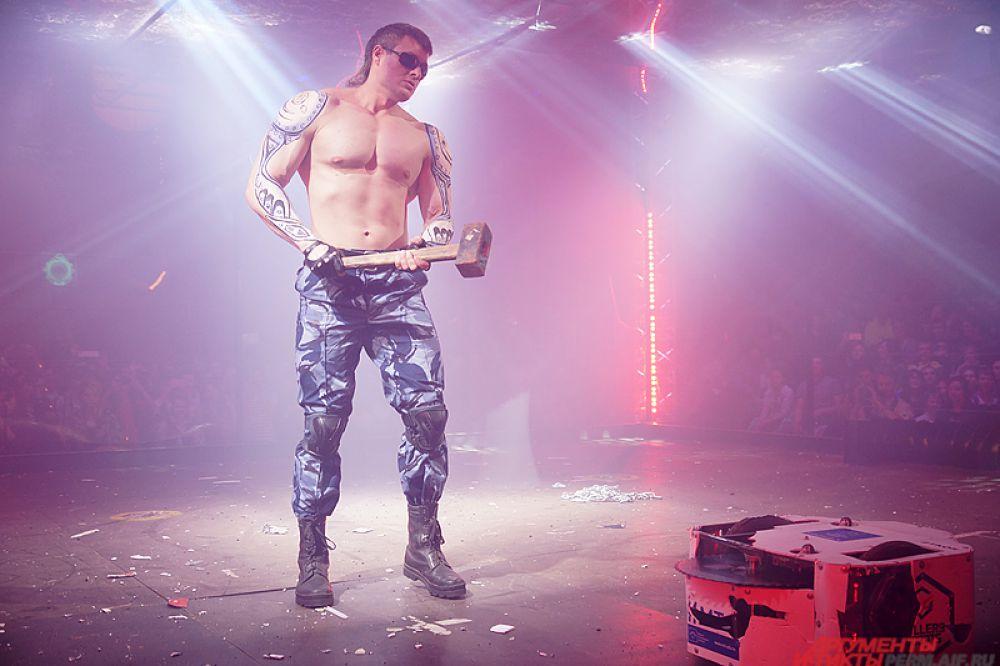 В полуфинале крепкий человек с именем Утилизатор молотом уничтожил одну из машин, на которую указали зрители.