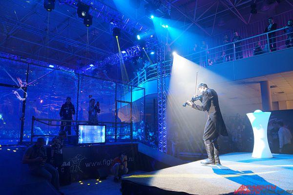 В перерывах проходили красочные выступления артистов.