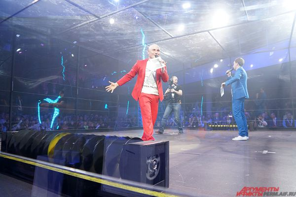 Ведущие Битвы роботов - Стас Торопов и Иван Тарасов. Они комментировали все бои, которые прошли в этот вечер.