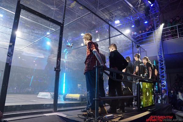 Специализированный ринг был защищен по периметру поликарбонатным стеклом.
