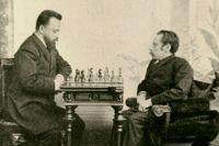 Михаил Чигорин (слева) против Андрея Ашарина в 1892 году