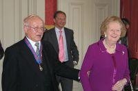 Маргарет Тэтчер поздравляет Олега Гордиевского с награждением орденом, 18 октября 2007 года.