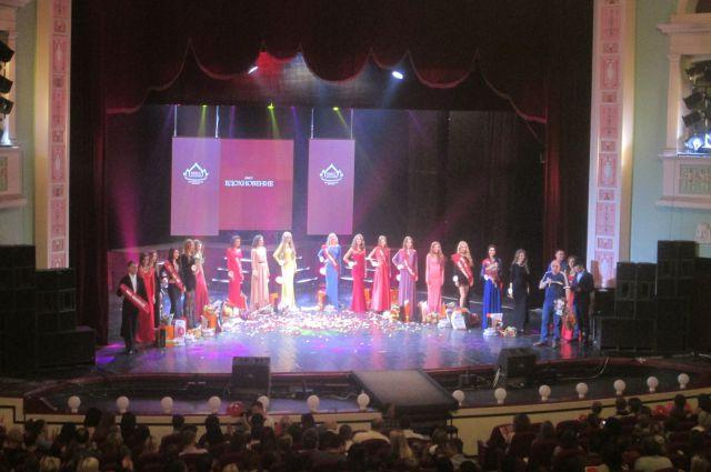 Каждый год девушки съезжаются в Новокузнецк, чтобы получить корону королевы красоты.