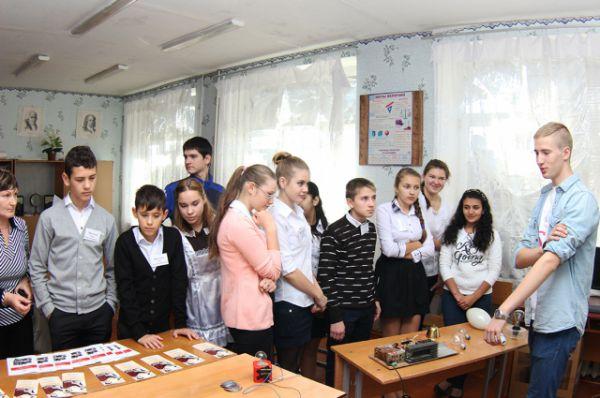 В нём приняли участие более 300 учеников из 19-ти школ района из 8-11 классов, а также их родители и педагоги.