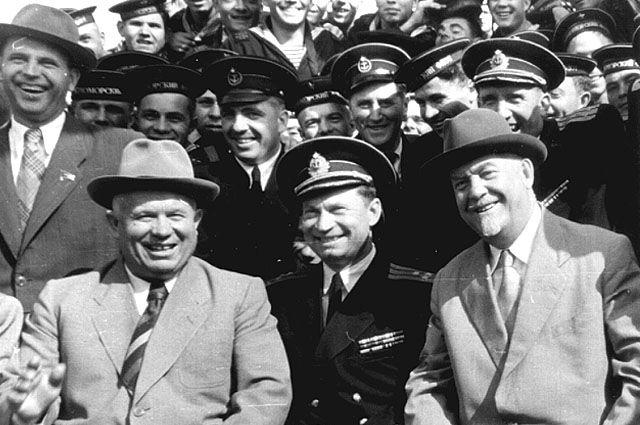 Команда «Адмирала Нахимова» с Н.С. Хрущёвым. В центре — Леонид Чулков.
