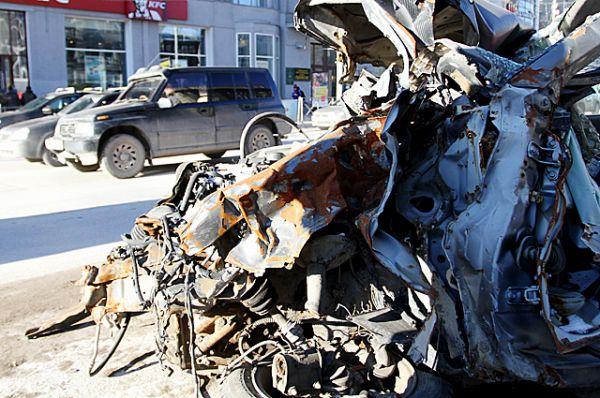 На кузове некоторых машин видны следы разрезов, которые сделали спецслужбы, пытаясь достать пассажиров.