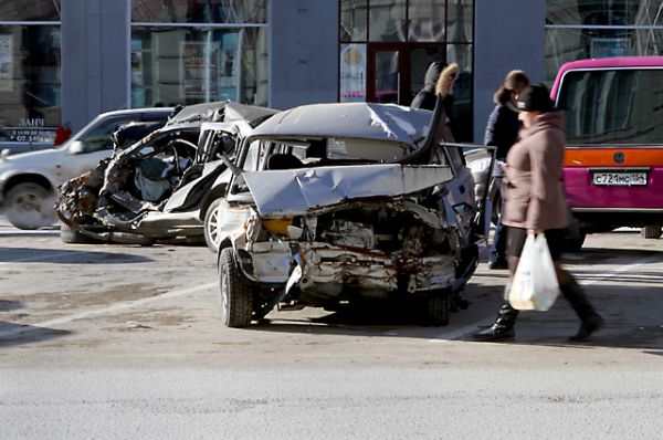 Целый день в центре города прохожие могли наблюдать огромное скопление изуродованных в страшных авариях автомобилей.