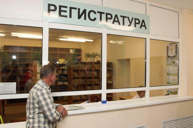 Одними из первых комиссия осмотрела поликлинику больницы и её регистратуру.