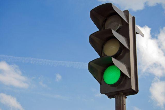Около новой остановки появился светофор с регулируемым пешеходным переходом.