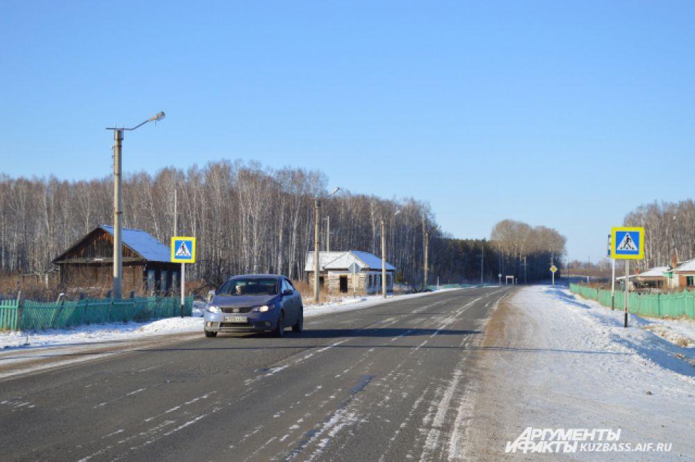 Всю деревню можно обойти за час. Через Листвянку проходит основная трасса на Тисуль.