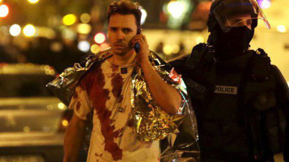 Выживший после  время теракта парень разговаривает с близкими