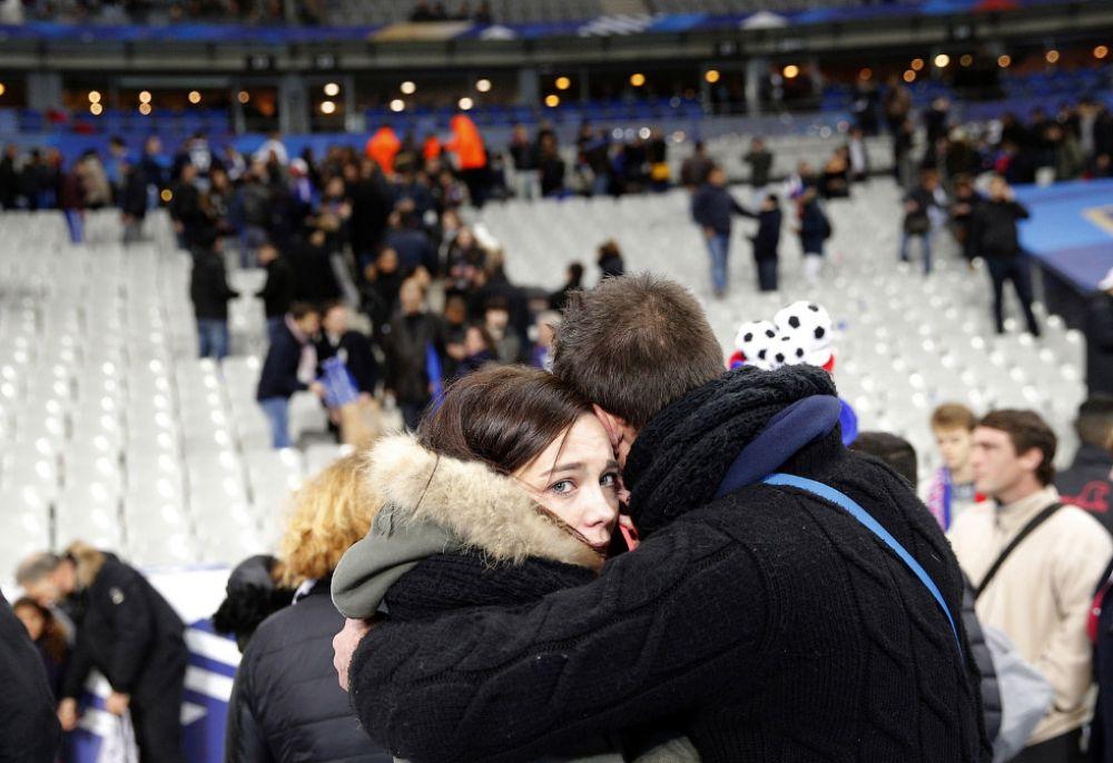 Молодые люди во время событий на стадионе  «Stade De France»