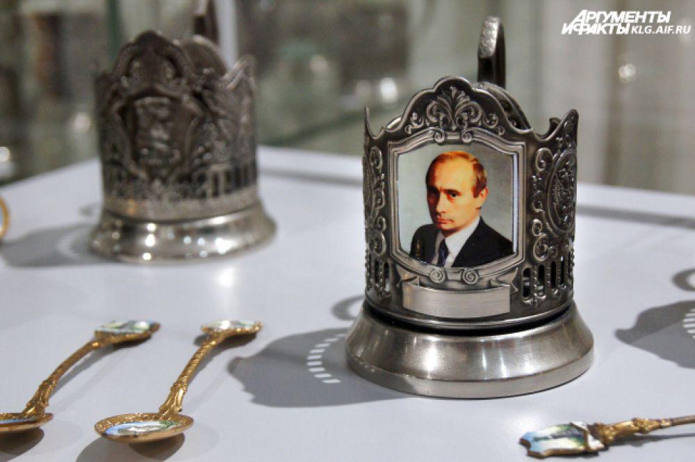 Многие помнят, что в советских фильмах со стаканом чая в подстаканнике чаще всех появлялся Иосиф Сталин. Но вообще его изображений в то время на подстаканниках не делали. Это сейчас умельцы делают его профиль на новые изделия и выдают за вещь советских времён. Нынче политические лидеры на посуде – тема не запрещённая. На выставке есть современные подстканники с портретами Путина, Медведева, Жириновского.