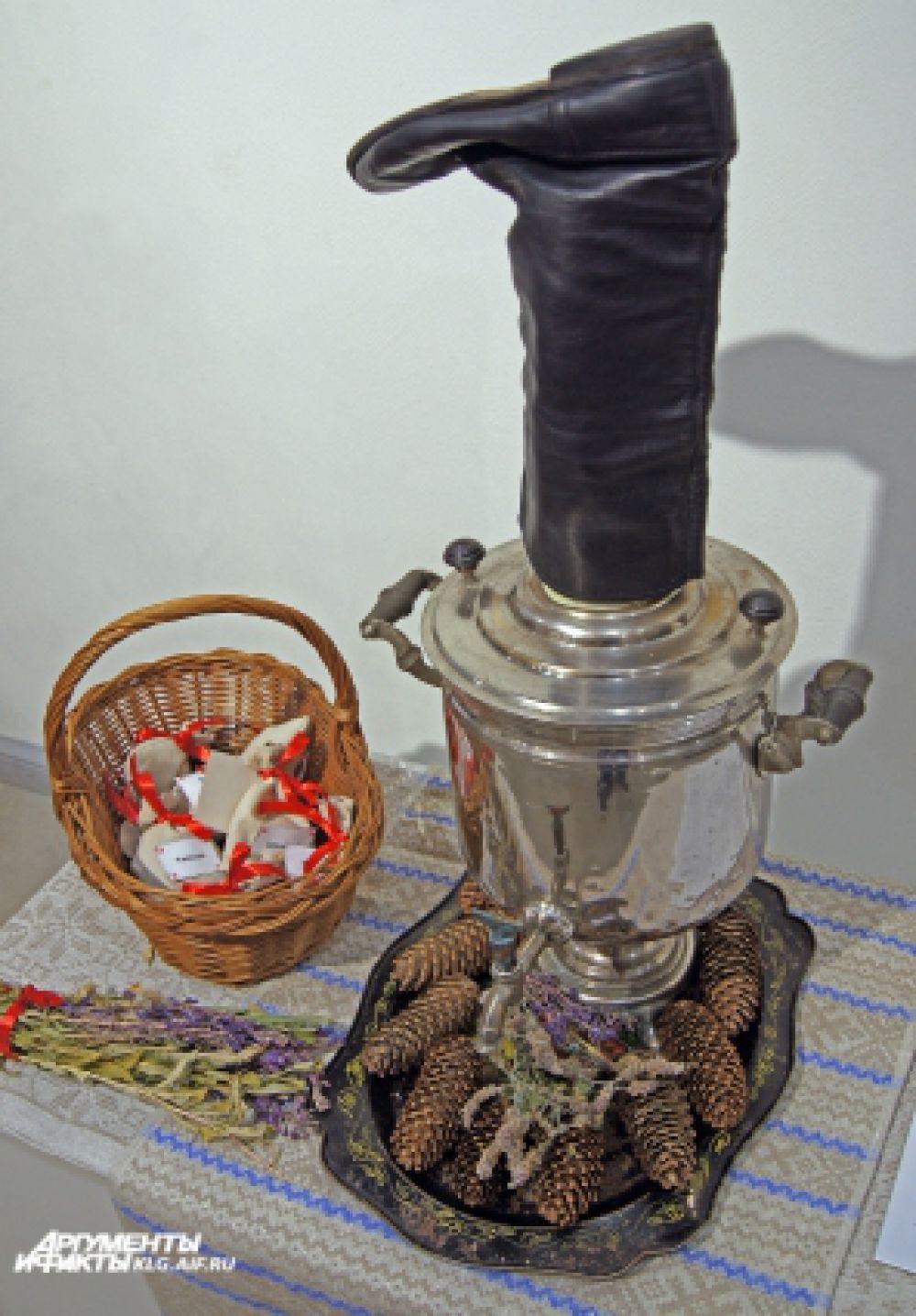 Самовар на еловых шишках - один из главных атрибутов чаепития.