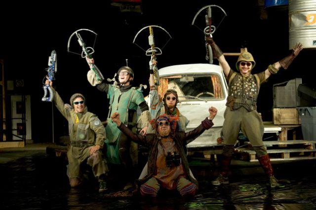 На сцене «Арлекина» поставили спектакль в новом жанре «артпанк».