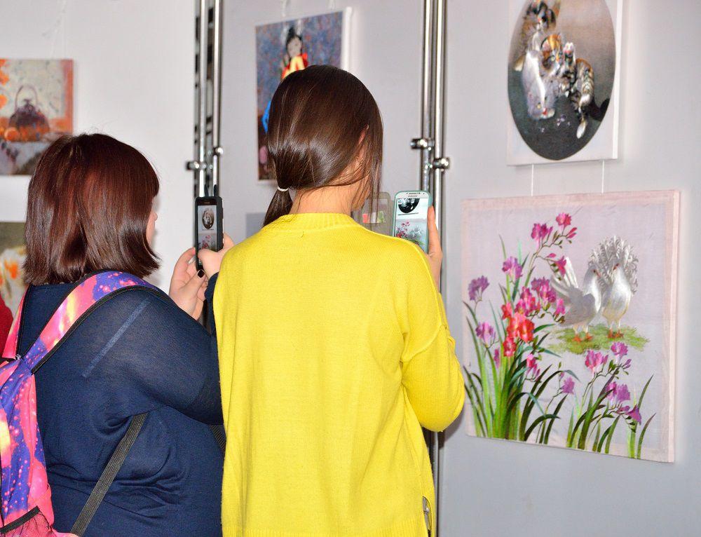 Посетители (преимущественно студентки, изучающие корейский) фотографируют котиков.