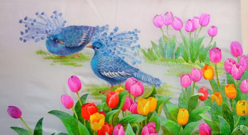 Кажется, венценосные голуби и цветущие тюльпаны.