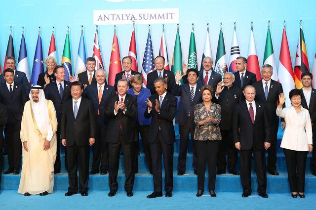 Год назад в Австралии на «двадцатке» наш президент ощутил на себе прохладное отношение коллег - даже на церемонии фотографирования его задвинули подальше. В этом году в Турции никакого отчуждения не было - Путин занял подобающее место.