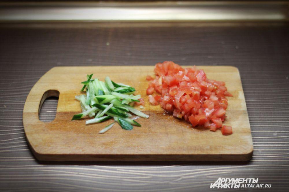 Режем овощи: помидоры - кубиками, огурцы - тонкой соломкой.