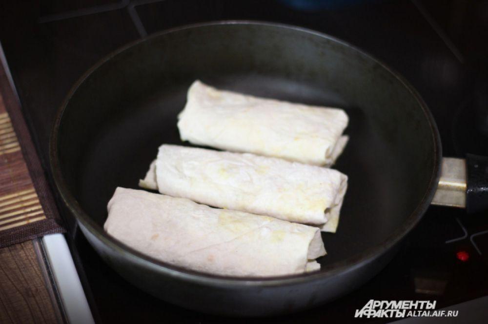 На сковороде без масла, обжариваем шаурму до золотистой корочки.