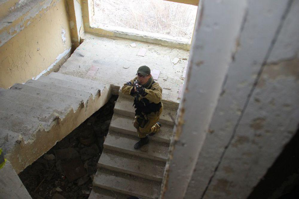 Разведка боем при штурме здания.