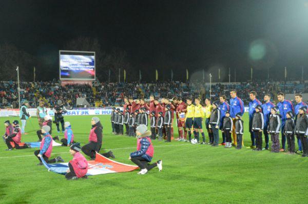 Перед матчем исполнили гимны двух государств, почтили минутой молчания погибших от террористов во Франции.