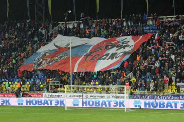 На южной трибуне вывесили баннер, олицетворяющий выход сборных команд России и Хорватии на чемпионат Европы 2016 года. Соревнования пройдут во Франции.