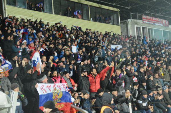 Болельщики, до отказа заполнившие почти 16 тыс мест, не особо расстроились поражению сборной России.