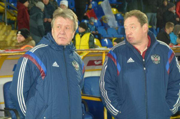 Главный тренер россиян Леонид Слуцкий (справа) назвал поражение своих подопечных «оптимистической мелодрамой».