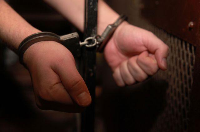 В Омске задержали преступника, сбежавшего из зала суда.