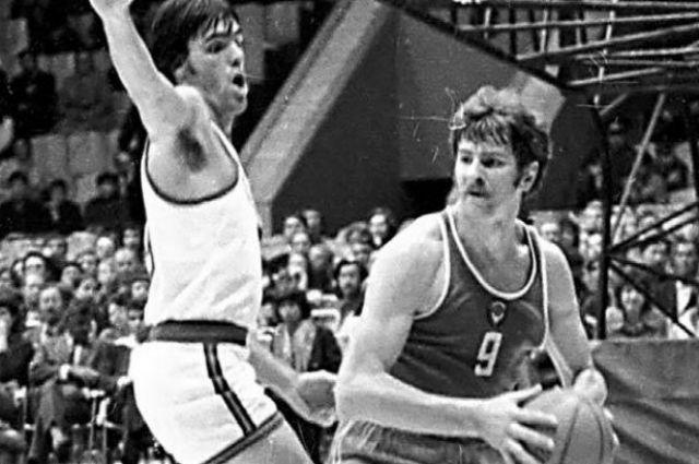 На фото справа - Иван Едешко, советский баскетболист. Приедет в Смоленск 20 ноября.