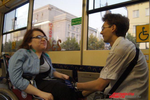 Смолянка Надя Титаренко, передвигающаяся по городу на инвалидном кресле, в автобусе. Фото из архива редакции.
