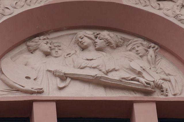 Нимфа на «доме печального ангела» потеряла лицо (ул. Восстания, 19).