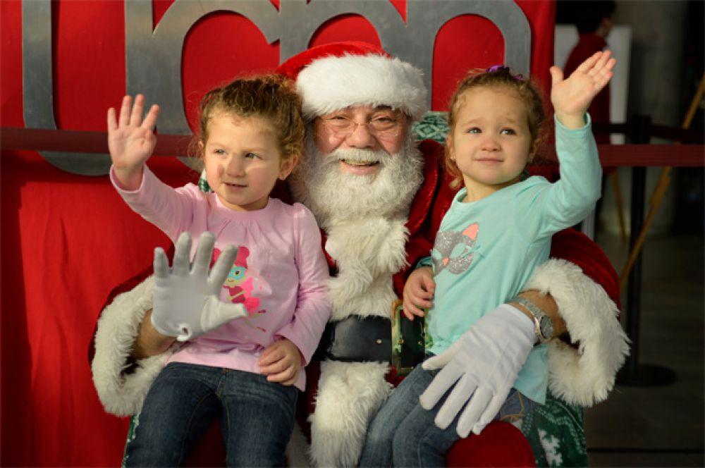В Америке Санта Клаус – это мужчина средних лет с седыми волосами и короткой бородой. Одет в красную короткую шубу, штаны, шапку-колпак и тонкие белые перчатки.