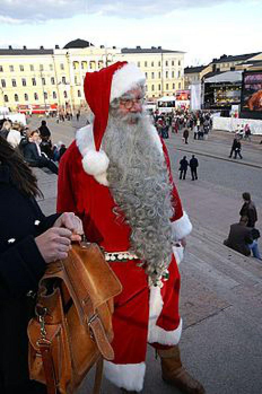 В Финляндии Деда Мороза зовут Йоулупукки. «Йоулу» обозначает Рождество, о «пукки» – козёл, то есть Рождественский козёл. Дело в том, что много лет назад Дед Мороз носил козлиную шкуру, а подарки развозил на козлике. Сейчас он выглядит как привычный Дед Мороз: в красной шубе, шапке, в очках. Йоулупукки живёт в Лапландии на горе Корватунтури с 1927 года