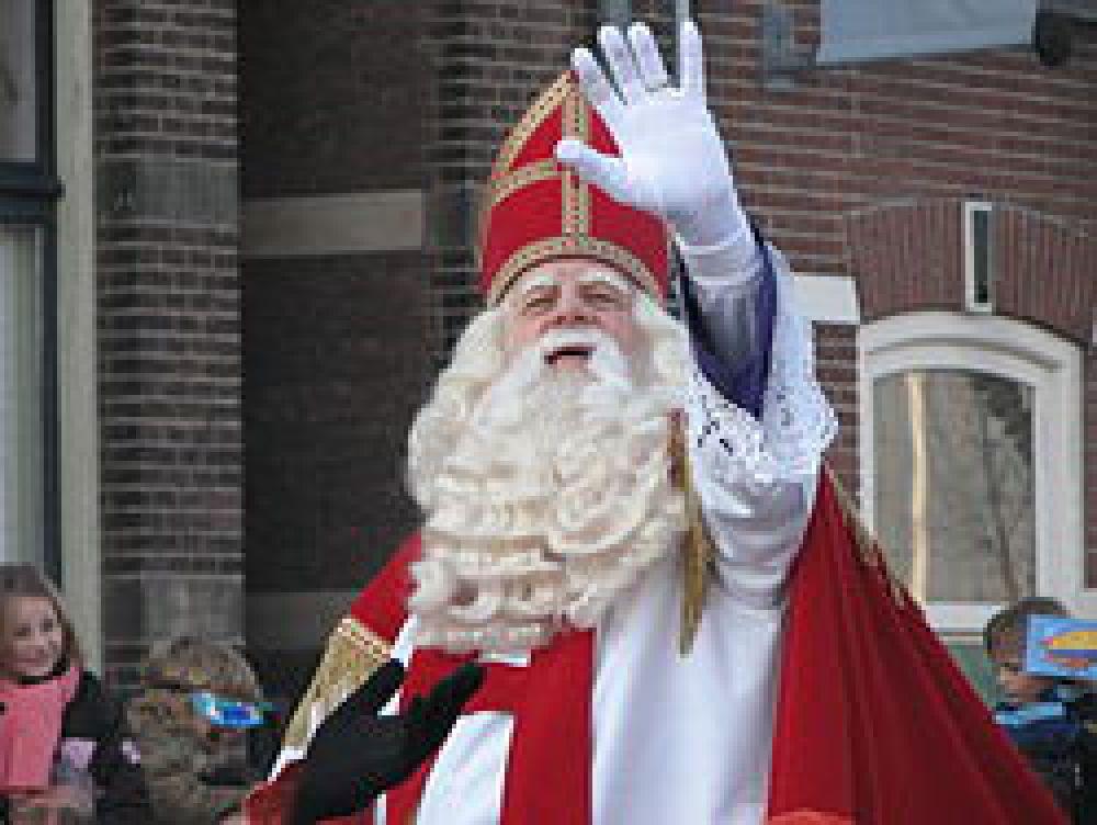 В Нидерландах Деда Мороза зовут Синтаклаас. Он одет в красную мантию, накидку с позолотой, на голове у него красная митра, на руках белые перчатки. В руке он держит большой посох с изогнутым верхом. У него седые, практически, белые волосы и длинная белая борода.