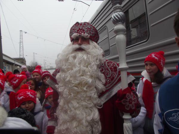 Российский Дед Мороз живет в Великом Устюге. Он носит синюю или красную длинную шубу, шапку с мехом, валенки и варежки. В руках у него волшебный посох.