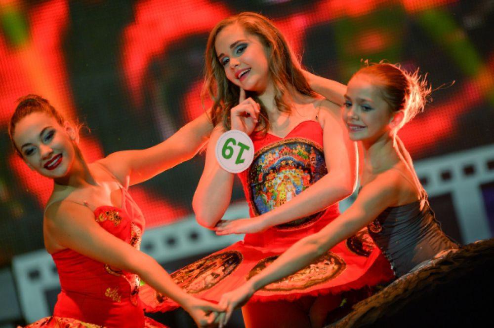 Выступление участниц XXI Национального фестиваля талантов и красоты «Краса России» в Москве.