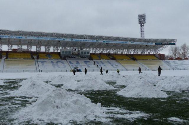 Стадион в Тюмени завален снегом.