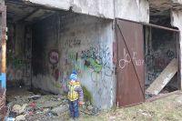 Дети могут запросто попасть в заброшенное здание.